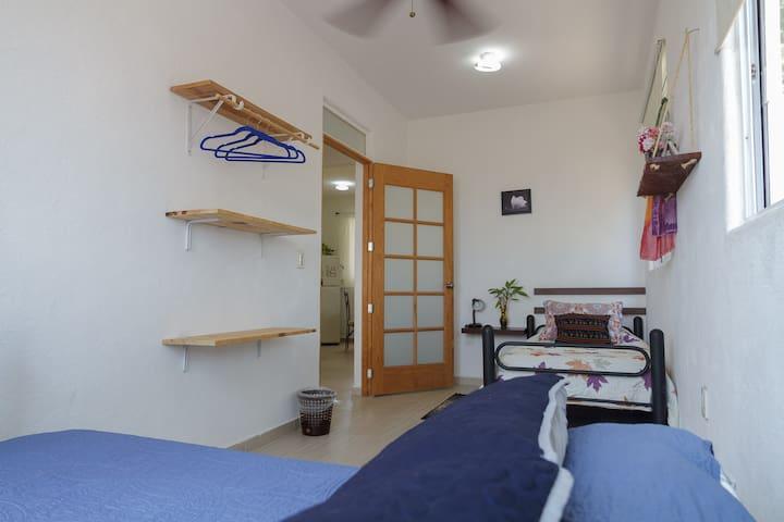 Recámara # 2 - cama matrimonial y individual con aire acondicionado y ventilador de techo