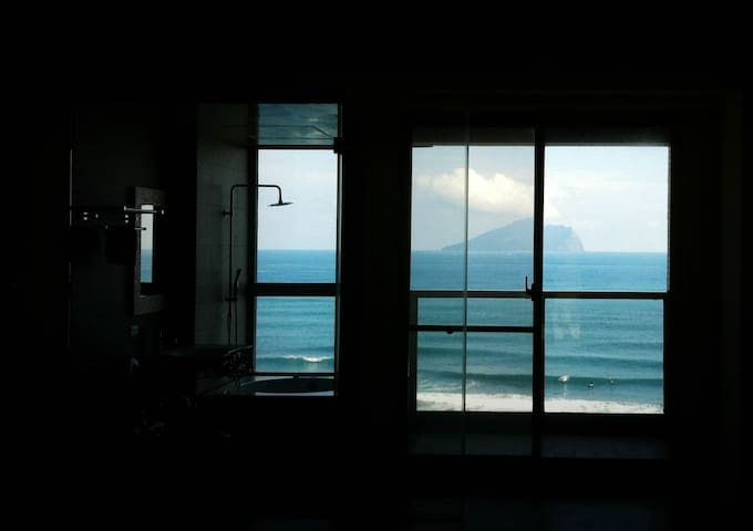 迎向龜山、頂樓美景 躺著看海 看日出 直擊衝浪Live Show