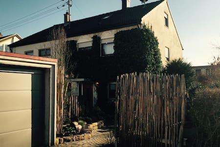 Schönes Haus bei Stuttgart/ WLAN / ganze DHH - Wernau (Neckar) - Haus