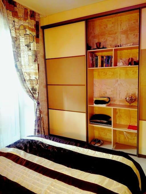 Отдельная комната с балконом, спальня, большая двуспальная кровать