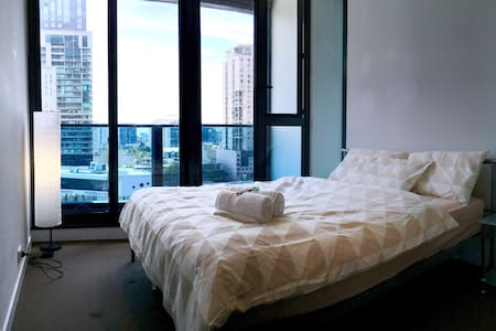 FreeTramZone- Private Bedroom&Bath opposite SKYBUS - Melbourne - Apartamento