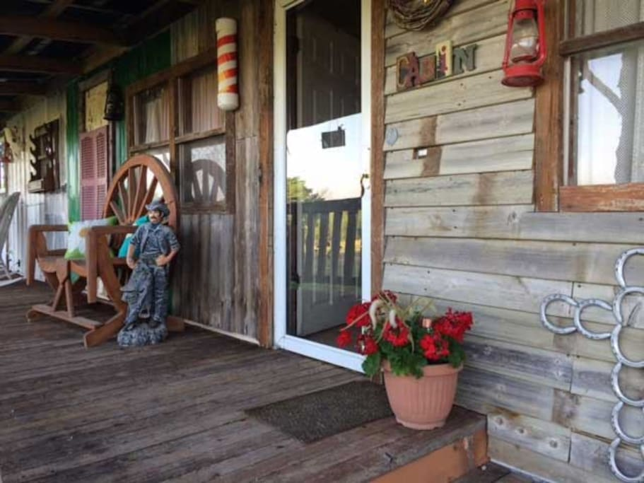 Kick off your boots and come on in to the  Rustic Heartland Bunkhouse.   We've been hosting travelers for many years and provide a retro-view of the cowboy lifestyle.