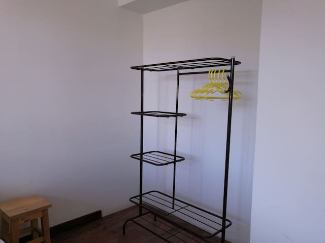 Clothes rack/ Ropero