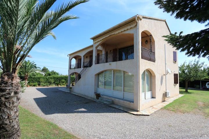 Rez de villa avec piscine et grand jardin clôturé