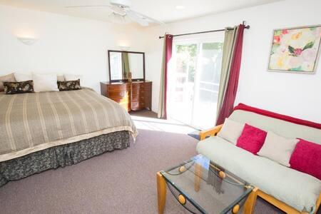 Sunny, Master Bedroom & Bath w/Tub + Private Deck