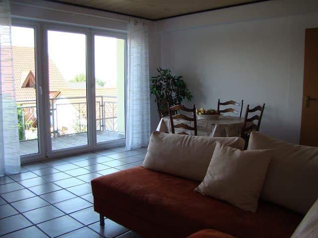 Im Wohzimmer finden Sie eine Essgruppe und ein gemütliches Sofa. Natürlich stehen Ihnen ein Fernseher (Flachbildschirm / SAT-TV) und kostenloses W-LAN zur Verfügung. Auf dem Balkon lädt eine Sitzgruppe zum Verweilen ein.
