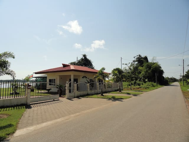 Woning direct aan de Surinam River. - Ornamibo - Maison