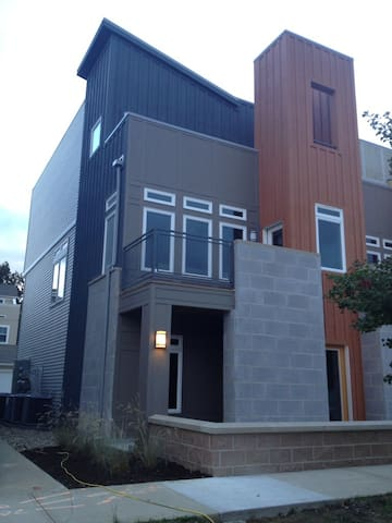 NEW condo rental-only 3 mi from RNC - Cleveland - Wohnung