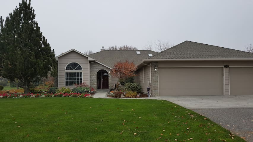Country feel to comfy home near wineries/golf - Richland - Hus