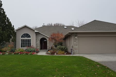 Country feel to comfy home near wineries/golf - Richland