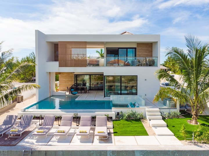 Liquid Luxury Villa - Modern & New on the water