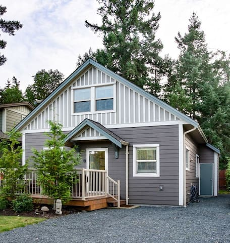 Welcome to Stone's Throw Cottage - your ideal vacation home in Parksville, BC