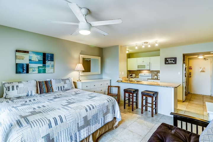 Orange Beach, Gulf view condo w/ shared pools, tennis courts, & beach access