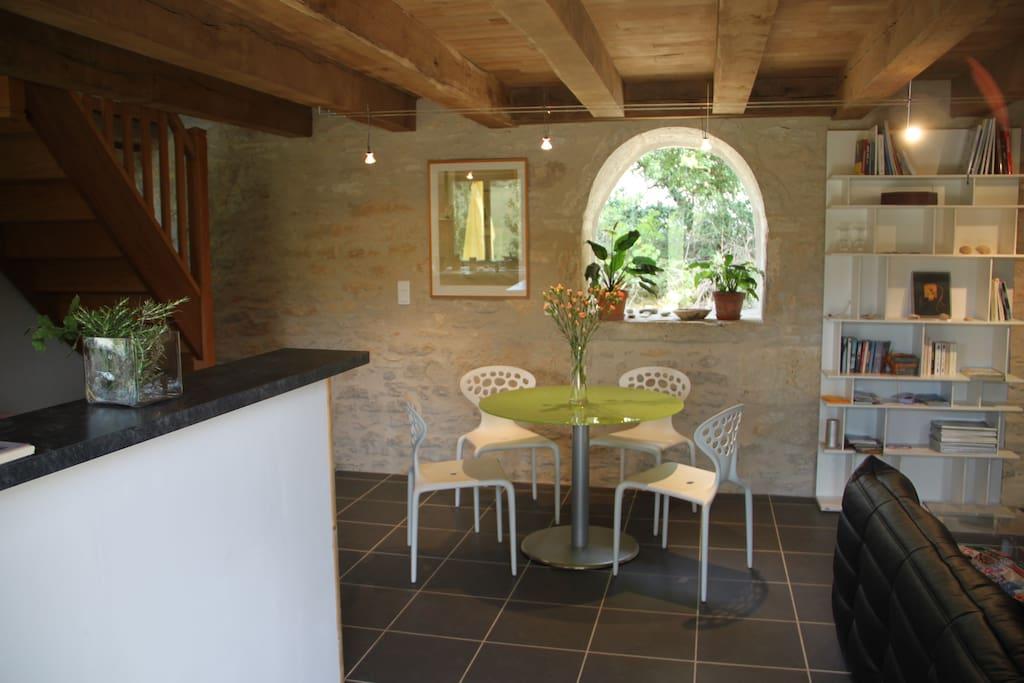 La cuisine à gauche et la salle à manger dans la grande salle du bas.