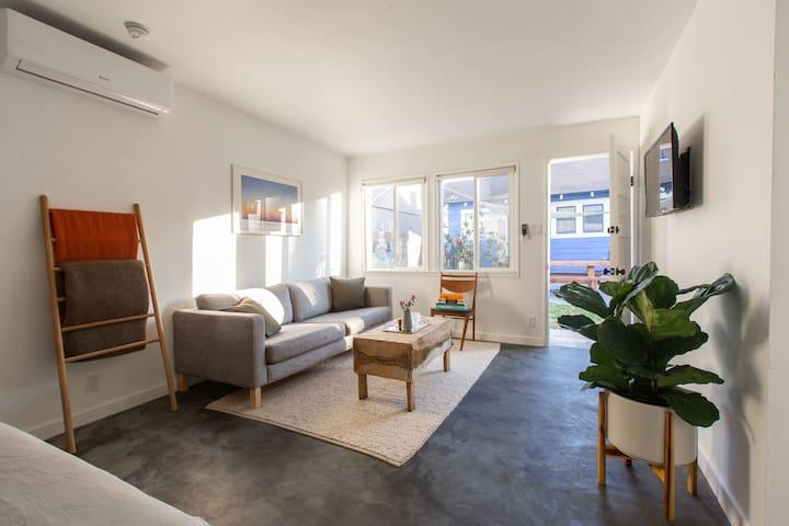 Modern, light-filled guesthouse in heart of LA
