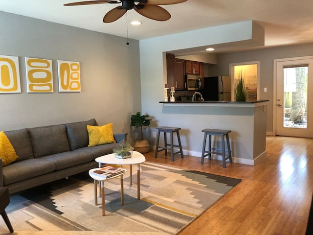 Trendy S. Lamar Neighborhood 2 Bdrm Condo Near All