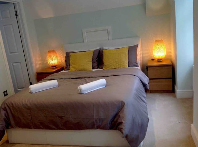 .... (King bed Ensuite Room in Luxury House