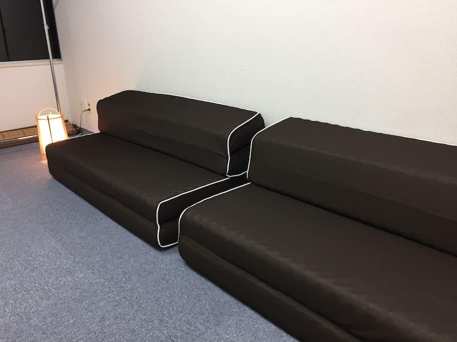 ベッドはソファにもなります。