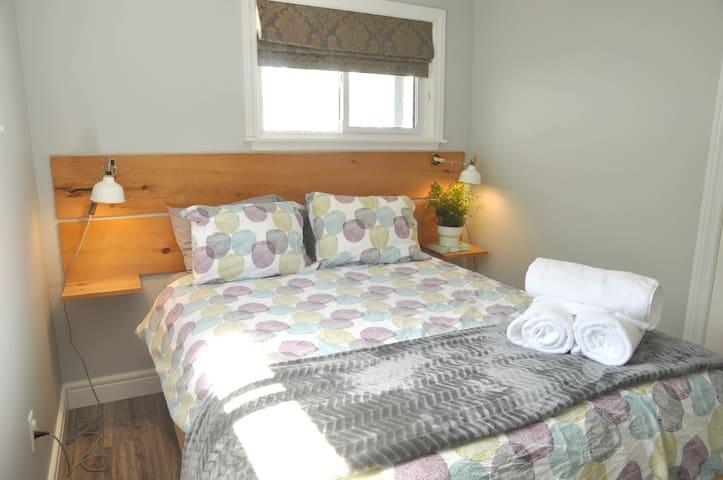 Queen bed in guest room 2