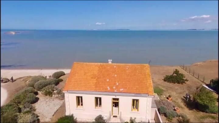 ÎLE MADAME jolie maison face mer