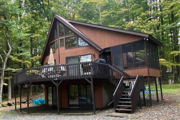Cozy Family Lodge Retreat in Lakefront Community