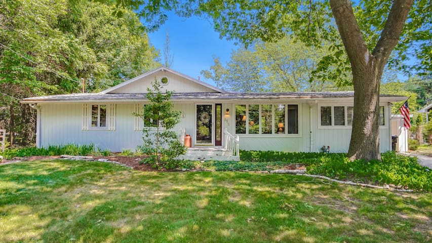 Summer Cottage Minutes from Lake Michigan Beach - Generations