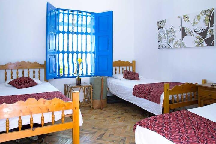 Habitación triple con baño externo. Zona cafetera