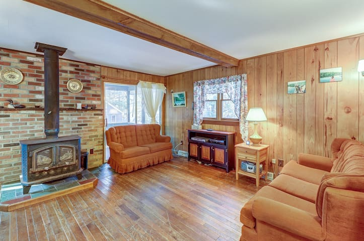 NEW LISTING! Cozy cottage with deeded lake rights - 100 steps to the beach