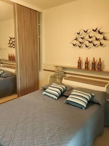 Quarto no 2º andar( cama de casal mais uma cama de solteiro) Quarto com varanda.Obs: O  ambiente conta com ventilador de teto mais um ventilador de chão.