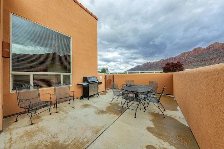 Modern townhome w/ seasonal swimming pool & hot tub - views, hiking nearby!