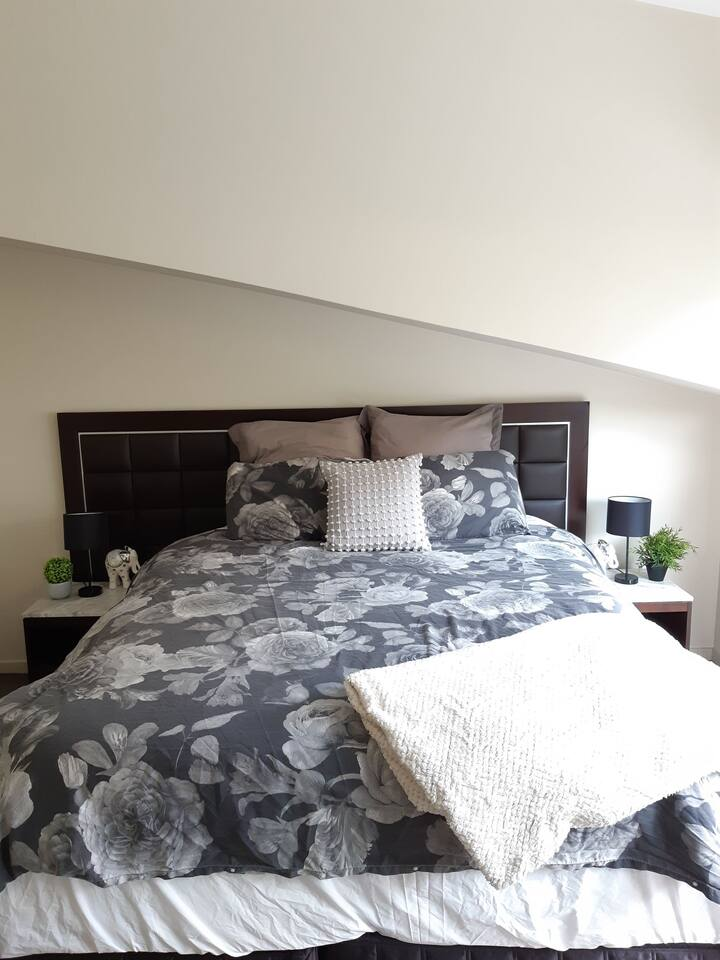 Large private bedroom close to heart of the city