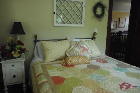 Queen Stella Room - Oroville