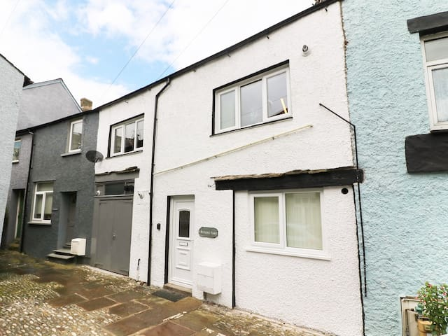 1 BUTLERS YARD, pet friendly in Ulverston, Ref 973165
