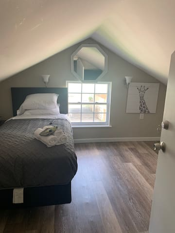 Giraffe Room (Bedroom 3)