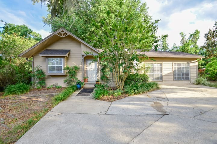 Clean & Low Key w/ Streaming TV (7.3 miles to UF)