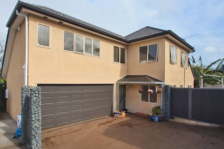 Stop, shop and Drop in the Heart of Onehunga - Auckland - Townhouse