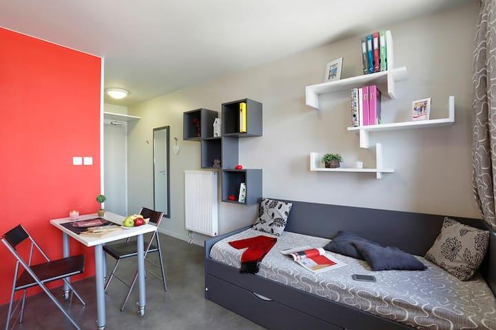 Studio de 18 m² équipé.