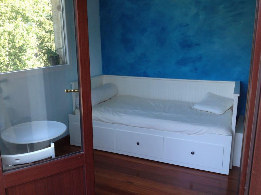 Esta es la habitación azul, con una cama diván típica de Ikea que se abre y se convierte en una cama de 135.