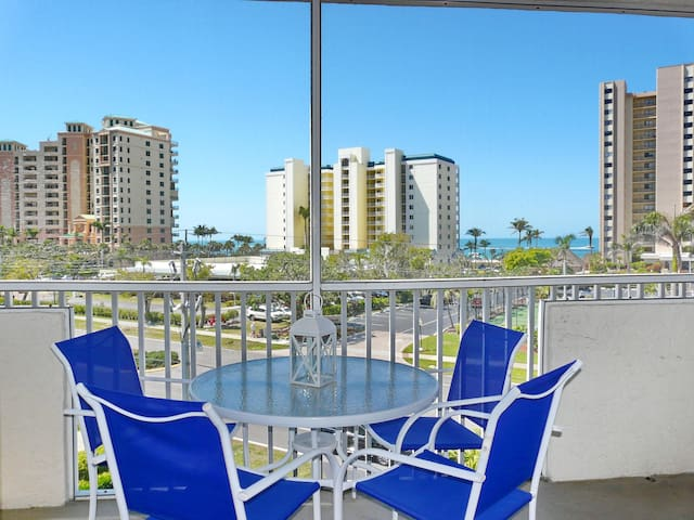 Breezy condo w/ heated pool, racquetball & walk to beach