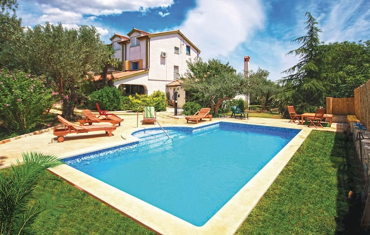 Family pool house - Pula - House