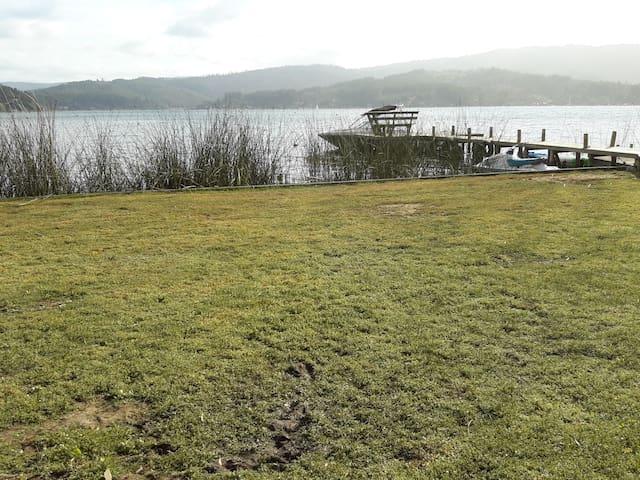 Vichuquén casa a orilla del lago.