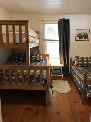chambre # 3 avec lit double et deux lits simples