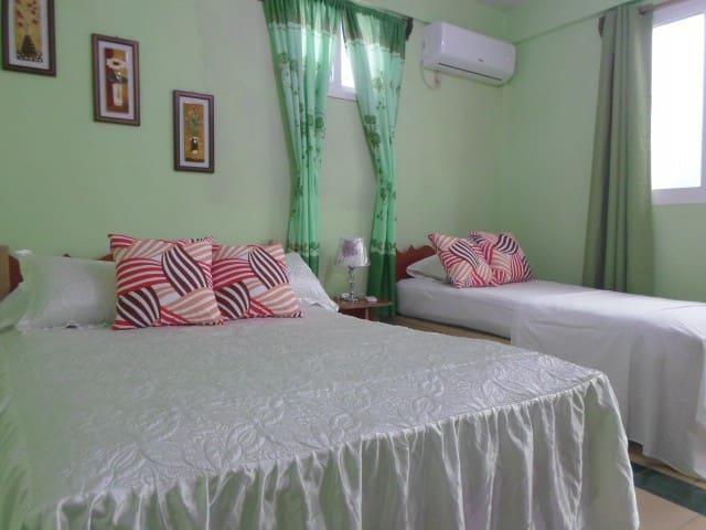 Habitación # 1 doble con capacidad para 3 personas una cama camera y una personal,  con baño privado, espaciosa, iluminada
