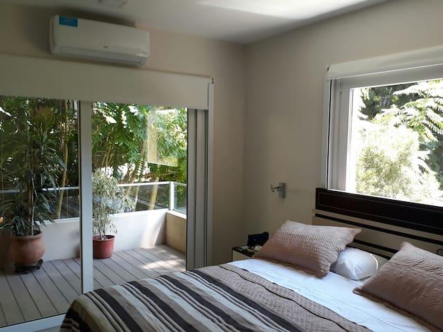 dormitorio matrimonial muy amplio y luminoso, rodeado de vegetación