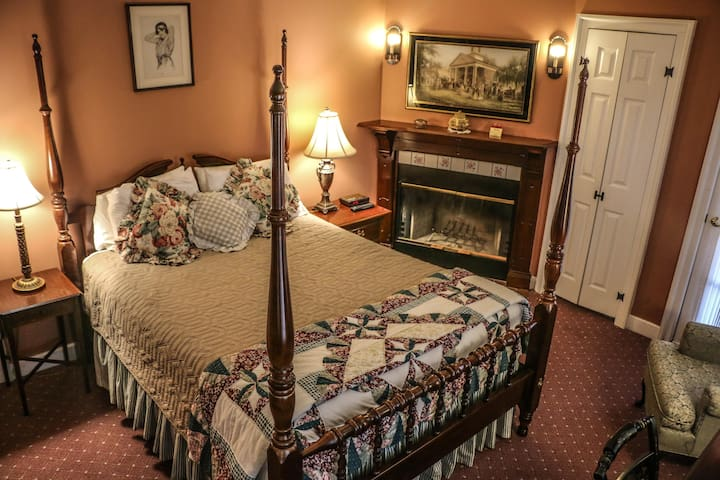 Queen Room with fireplace and jetted tub