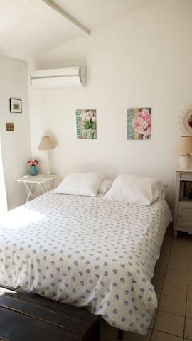 Grande chambre au calme à proximité d'Avignon