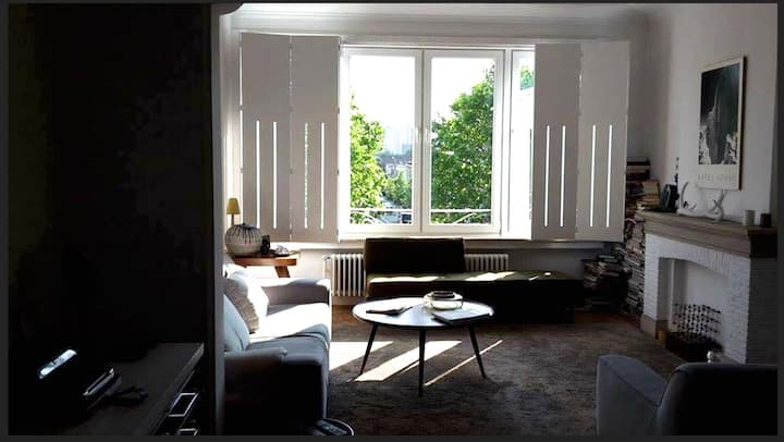 Retro Arty Farty 2 bedroom flat bright with a view
