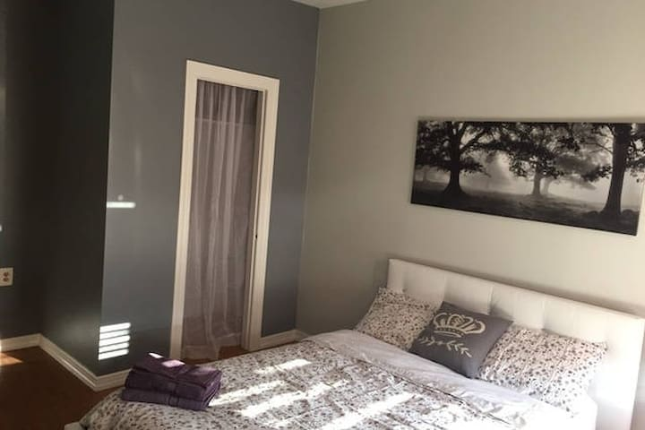 Private sunny room near N/W train by Times Square - New York - Casa