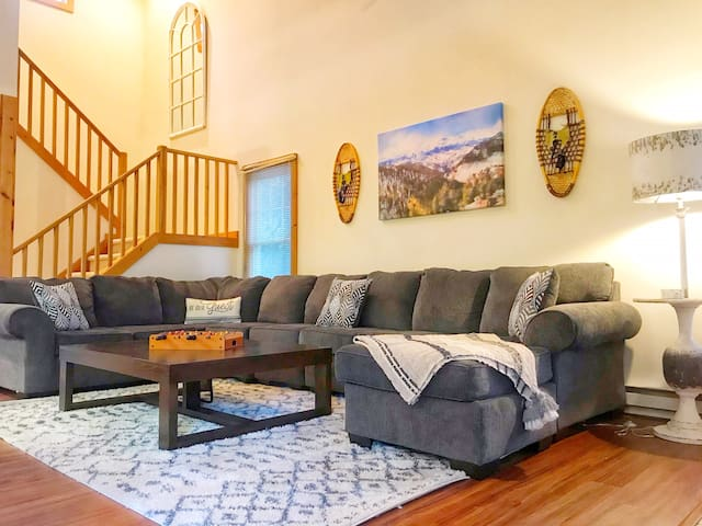 New! *Camelback Trailside Retreat* Walk to Slopes!