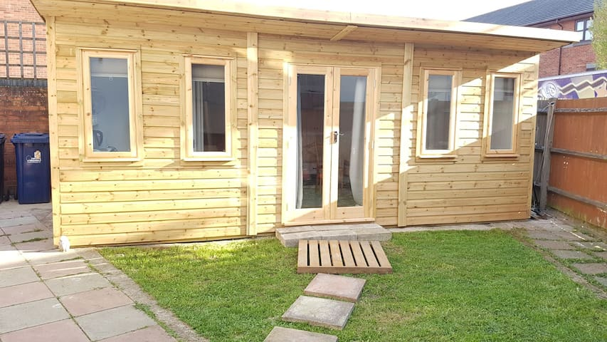 Urban Log Cabin Studio nr Zone 2 tube